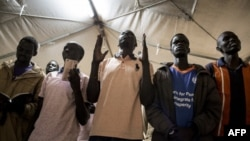Des anciens combattants sud-soudanais fidèles à l'ancien vice-président et chef de l'opposition, Riek Machar, sous une tente dans le camp de Munigi, près de Goma, dans l'est de la République démocratique du Congo, le 19 octobre 2017.