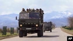 Lực lượng sắc tộc Armenia trên đường đến tiền tuyến tại tỉnh Martakert trong khu vực ly khai Nagorno-Karabakh, Azerbaijan, ngày 4/4/2016.