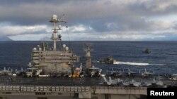 """Royal Norwegian Navy Skjold-class Corvette HNOMS Storm dan HNMOS Skudd dan kapal induk Angkatan Laut AS USS Harry S. Truman dalam operasi penerbangan Latihan Militer NATO """"Trident Juncture 2018"""" di lepas pantai Vestfjordern, Norwegia 24 Oktober 2018. (Foto: dok)."""