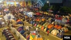 数千香港学生市民在金钟聚会 (美国之音海彦拍摄)