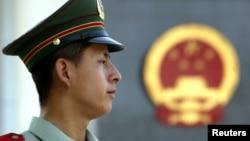 一名中国警察在北京一家法庭外站岗。(资料照片)