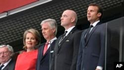 La reine Mathilde et le roi Philippe de Belgique, Gianni Infantino et Emmanuel Macron, de gauche, écoutent les hymnes lors du match France-Belgique, Russie, le 10 juillet 2018