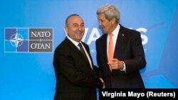 Menteri Luar Negeri AS John Kerry (kanan) bersama Menteri Luar Negeri Turki Mevlut Cavusoglu dalam KTT NATO di Wales (4/9). (Reuters/Virginia Mayo)