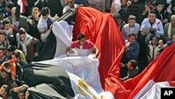 무바라크 퇴진 일주일을 기념하는 이집트인들