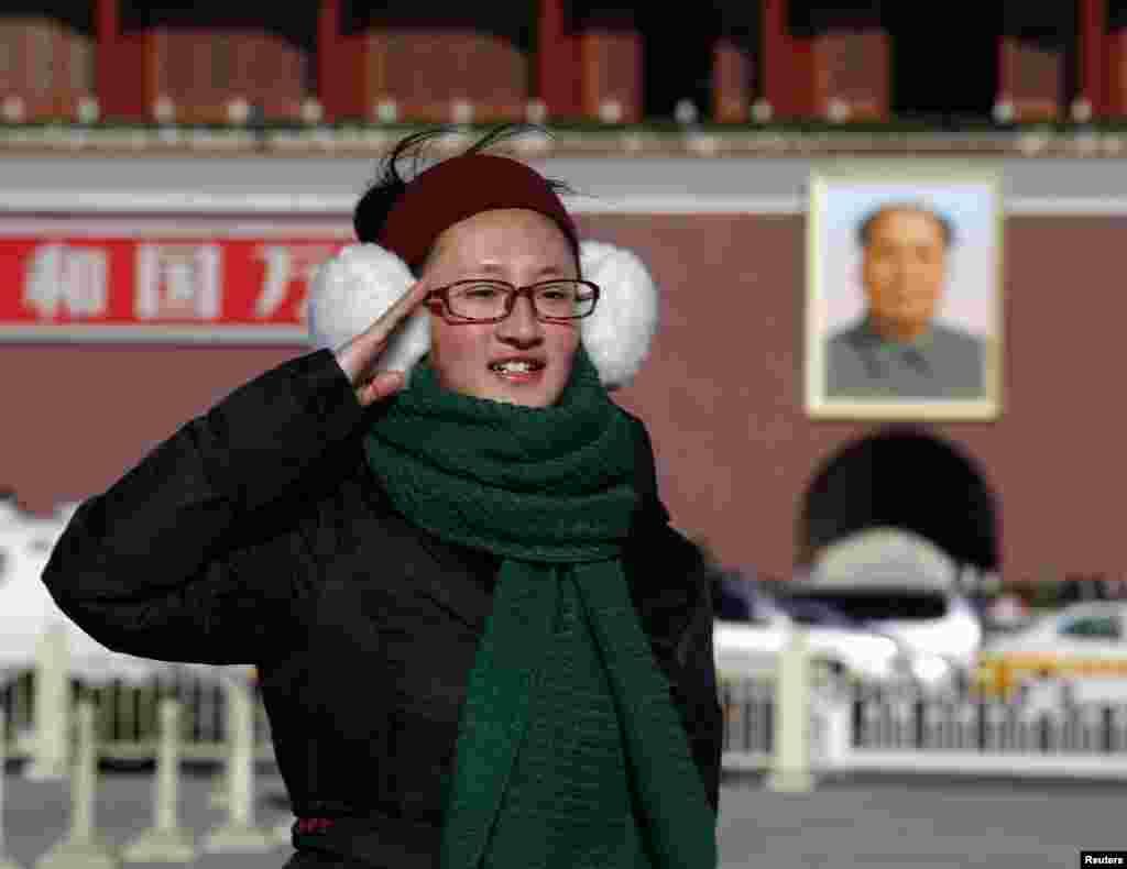 중국 마오쩌둥 전 주석 탄생 120주년을 맞은 26일, 베이징 텐안먼 광장의 마오쩌둥 초상화 앞에서 한 여성이 기념사진을 촬영하고 있다.