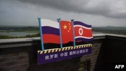 북한과 중국, 러시아의 국경이 접해있는 중국 지린성 훈춘에 3국 국기 모양의 안내판이 붙어있다.