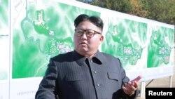 김정은 북한 국무위언장이 지난달 북한 양덕의 건설 현장을 찾아 공사 진행 상황을 살펴보는 모습을 북한 관영 '조선중앙통신'이 공개했다.
