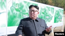 Lãnh tụ Triều Tiên Kim Jong Un thanh sát một địa điểm xây dựng tại Yangdeok. (Ảnh do Thông tấn xã Trung ương Triều Tiên KCNA công bố ngày 31/10/2018)