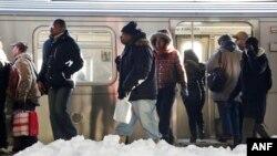 紐約市布魯克林區的地鐵冬季通勤乘客。(2016年1月25日)