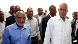 Prezidan ayisyen Michel Martelly lè li te sou pouvwa a, adwa, kap mache ak ansyen Prezidan René Préval anvan seremoni douvèti Pak Endistriyèl Karakol la nan Karakol, Ayiti.