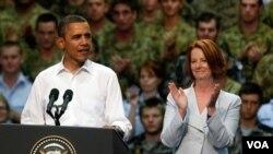 Presiden Obama, didampingi PM Australia Julia Gillard, berpidato di depan pangkalan angkatan udara Royal Army di Darwin, Australia (17/11). AS-Australia menyepakati peningkatan kehadiran militer AS di kawasan.