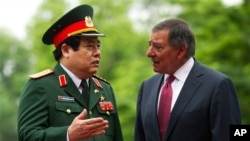 Bộ trưởng Quốc phòng Hoa Kỳ Leon Panetta, phải, nói chuyện với Bộ trưởng Quốc phòng Việt Nam Phùng Quang Thanh trong 1 buổi lễ tại Bộ Quốc phòng ở Hà Nội, Việt Nam Thứ Hai 4/6/2012