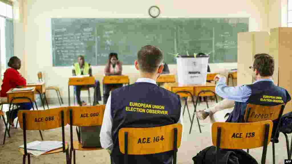 Les observateurs électoraux de l'Union européenne observent le scrutin dans un bureau de vote de Masailand le 26 octobre 2017.