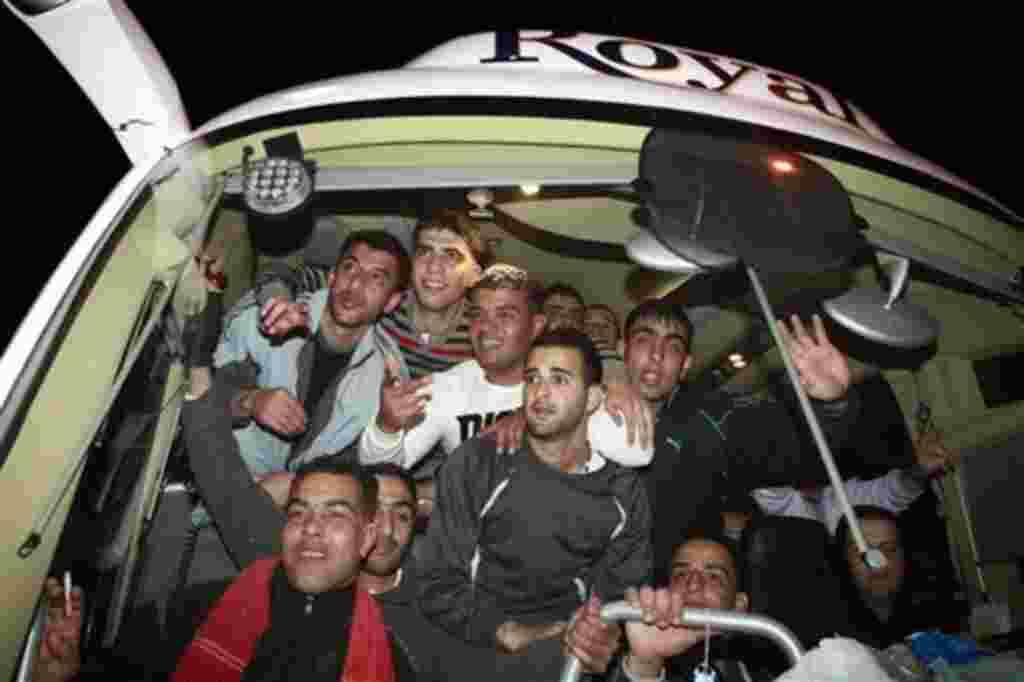 Los prisioneros palestinos liberados llegaron a la aldea de Rafat, cerca de la ciudad cisjordana de Ramala, a finales Domingo, 18 de diciembre 2011.