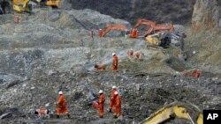 Para petugas terus berupaya melakukan pencarian korban tanah longsor di pertambangan emas desa Gyana, wilayah Maizhokunggar dekat ibukota Lhasa, Tibet (30/3). Tim SAR dilaporkan telah menemukan tiga jenazah korban dalam pencarian hari Minggu (31/3).