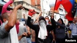 """Los bloqueos en las redes sociales en Venezuela coincide con la protesta el lunes 21 de enero de 2019 de militares vestidos de verde olivo y con armas, que instaron a """"desconocer"""" el gobierno de Nicolás Maduro."""