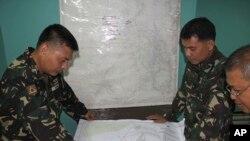 Binh sĩ Philippines xem bản đồ trong khi tìm kiếm chiếc máy bay mất tích tại căn cứ không quân Antonio Bautista ở Puerto Princesa, tỉnh Palawan, 8/3/2014