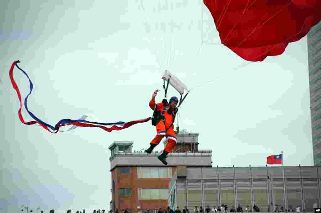 国防展演:伞兵跳伞到会场