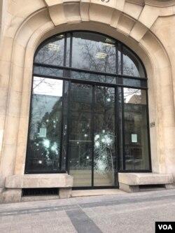 عکسی از یکی دیگر از ساختمان های آسیب دیده در اعتراضات جلیقه زردها در پاریس