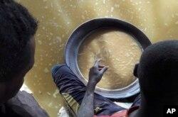 Pekerja anak menggunakan produk kimia seperti merkuri dan sianida, dekat Khartoum dan bandara internasional kota tersebut, 30 Agustus 2018. (Foto: Interpol via AP)