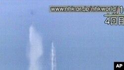فوکوشیما جوہری بجلی گھر کے ری ایکٹرز پر ہیلی کاپٹروں کے ذریعے پانی گرایا جا رہا ہے۔