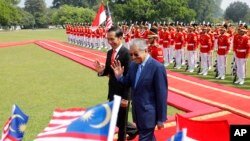 Perdana Menteri Malaysia Mahathir Mohamad bersama Presiden Joko Widodo di Istana Bogor, 29 Juni 2018. (Foto: AP)
