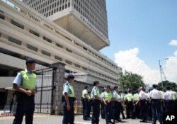 香港警方组成人墙保护解放军驻港总部