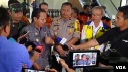 Gubernur Sulawesi Tengah Longki Djanggola memberikan keterangan Pers mengenai masa transisi Darurat Menuju Pemulihan pasca bencana alam di Sulawesi Tengah (Foto: VOA/Yoanes Litha)