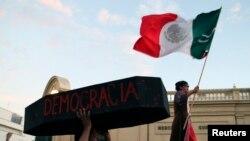 Warga Meksiko melakukan unjuk rasa mendukung Andres Manuel Lopez Obrador, pemimpin partai Morena (foto: dok).
