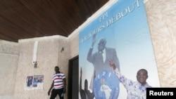 Un homme devant une affiche montrant l'ancien président ivoirien Laurent Gbagbo,au siège du FPI à Abidjan, le 2 septembre 2015 (Reuters)