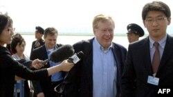美國的北韓人權特使羅伯特•金 (中)2011年5月在平壤訪問