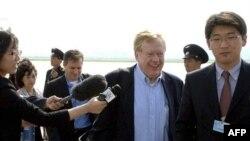 Ðặc sứ Mỹ về vấn đề nhân quyền Bắc Triều Tiên Robert King (giữa) và phái đoàn đến sân bay ở Binh Nhưỡng