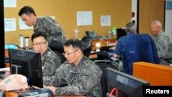 Esta foto de archivo muestra a soldados de EE.UU. y Corea del Sur trabajando en un puesto de comando para maniobras militares en un campamento estadounidense en Seúl. Marzo 15 de 2013.