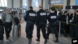 法國警方在尼斯機場加強保安﹐防範恐襲