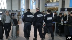 13일 프랑스 남부 공항의 보안 경찰들.