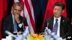 Tổng thống Mỹ Barack Obama (trái) gặp Chủ tịch Trung Quốc Tập Cận Bình bên lề hội nghị COP21 ở Paris, ngày 30/11/2015. Chính quyền Obama đang đối mặt với thách thức về việc gia tăng giao thiệp với Á châu mà không làm gia tăng căng thẳng với TQ.