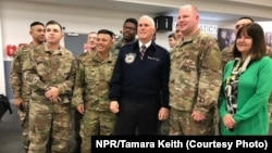 Вице-президент США Майк Пенс (в центре) c супругой Кэрен (крайняя справа) встретились с американскими военнослужащими