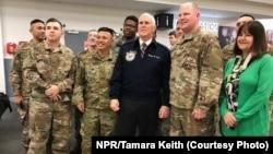 彭斯副总统及夫人在爱尔兰沙农机场会见美国军人