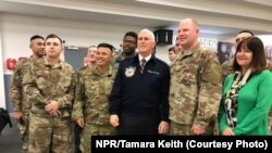 Wakil Presiden Amerika Serikat Mike Pence, didampingi istrinya, Karen, bertemu dengan tentara Amerika Serikat di bandara Shannon, Irlandia, Sabtu (20/1), saat mengisi bahan bakar untuk pesawat dinasnya, Air Force Two, dalam perjalanan lawatan empat harinya ke Timur Tengah.