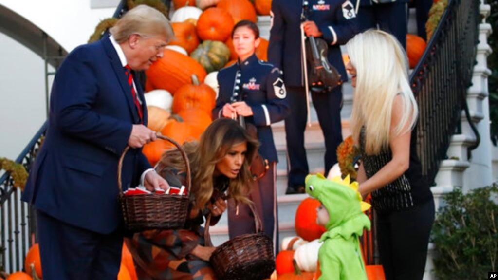 Tổng thống Donald Trump và đệ nhất phu nhân Melania Trump cho trẻ em kẹo tại buổi Halloween được tổ chức ở Tòa Bạch Óc ngày 28/10/2019.