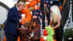 Tổng thống Donald Trump và Đệ nhất Phu nhân Melania Trump phát kẹo cho trẻ em tại Tòa Bạch Ốc nhân dịp Halloween, ngày 28/10/2019.