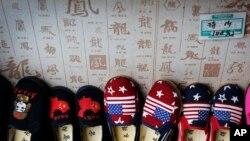 中国制造的带有中美两国国旗的儿童鞋 2018年7月13日