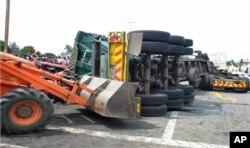 Camião é removido da via pública, após acidente