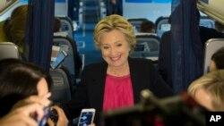 民主党总统候选人希拉里·克林顿2016年9月27日在纽约搭乘她的竞选飞机时与媒体对话。