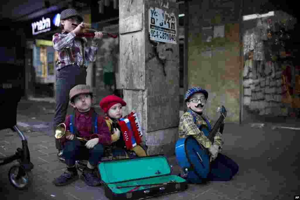 چهار کودک در جشن پوریم در اسرائیل. بخشی از این جشن، کارناوال آن است که مردم لباس های خاص برای خود تهیه می کنند.