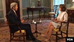جان کری وزیر خارجۀ ایالات متحده امریکا هنگام مصاحبه با بخش فارسی صدای امریکا