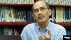 Pengamat ekonomi Universitas Indonesia, Faisal Basri mengatakan di Jakarta, Selasa (12/8) bahwa upaya pemerintah membatasi penggunaan BBM bersubsidi akan gagal (foto: VOA/Iris Gera).