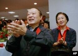在香港回归中国仪式上,两位香港人为英国王子查尔斯发表的告别演说而鼓掌(1997年6月30日)