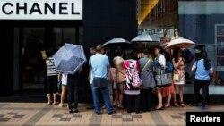 中國遊客在香港尖沙咀的一家名牌店門外。