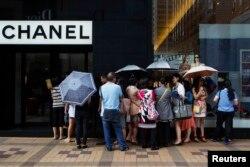 中国游客在香港金沙嘴购物区(2014年10月1日)